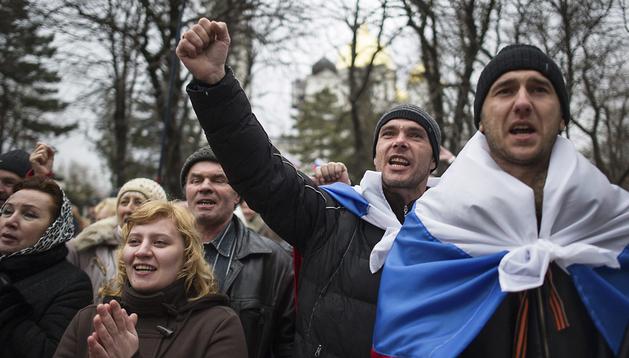 Un grupo de activistas pro-rusos muestran se manifiestan en frente del parlamento autonómico de Crimea en Simferópol, Ucrania