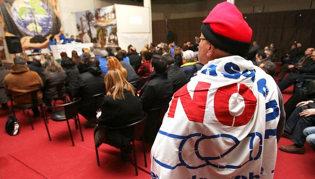 Un momento de la asamblea organizada por miembros de la Plataforma en Defensa del Ebro en la localidad de Amposta