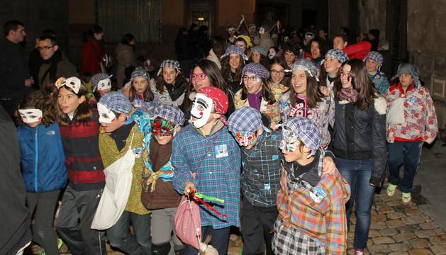 Un grupo de jóvenes durante el desfile de cipoteros por el Casco Antiguo de la capital ribera