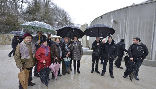 Vecinos y autoridades locales, con el consejero Esparza y la presidenta Barcin en la depuradora