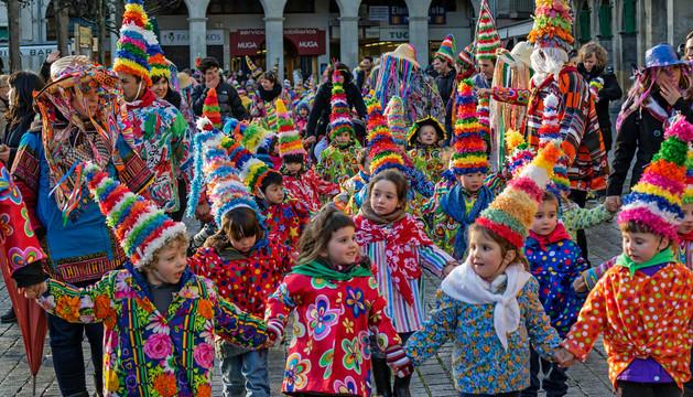 Escolares de Lizarra Ikastola a su entrada a la plaza de Los Fueros vestidos de txatxos