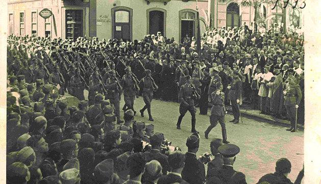 Desfile de tropas el 17 de julio de 1936 en el entierro del general Amado Balmes