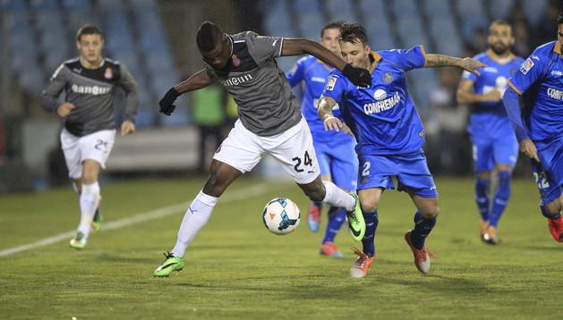 El delantero colombiano del Espanyol Jhon Córdoba (i) pelea un balón con el defensa del Getafe Alexis Ruano