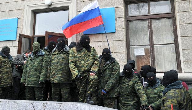 Partidarios de Rusia enmascarados en el centro administrativo de Crimea