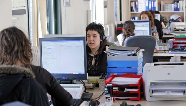Operadores atendiendo las llamadas del 010