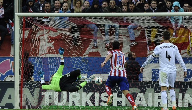 Raúl García, en el centro, ve cómo el balón supera a Diego López en el segundo gol