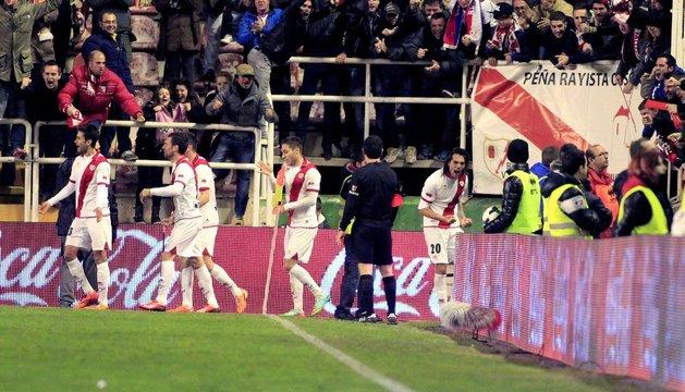 Larrivey celebra el gol del Rayo