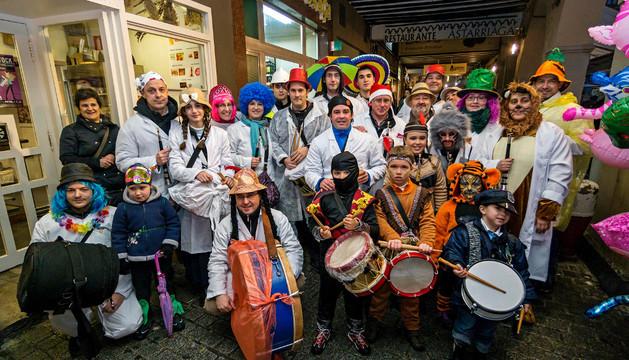 Bajo los porches se cobijaron los músicos que animaron la tarde de carnaval