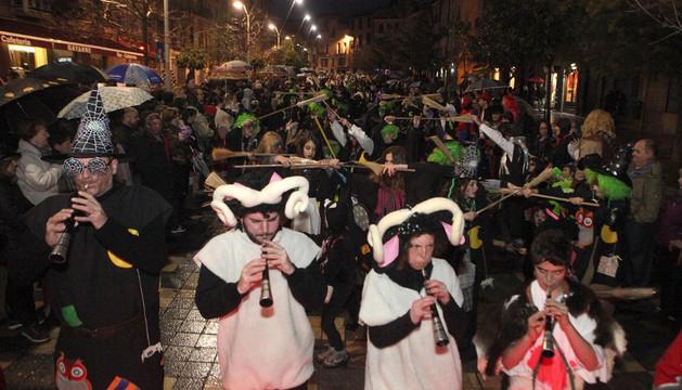 El Akelarre Argia desfila por la calle Herrerías de la capital ribera