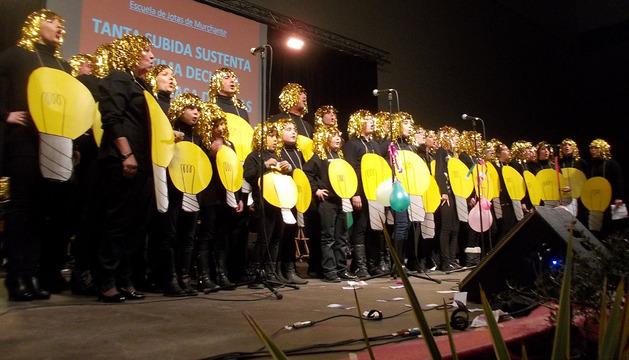 La escuela de jotas de Murchante, durante su actuación en el festival de chirijotas que se celebró en la localidad ribera