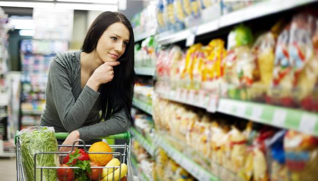 Una mujer hace la compra