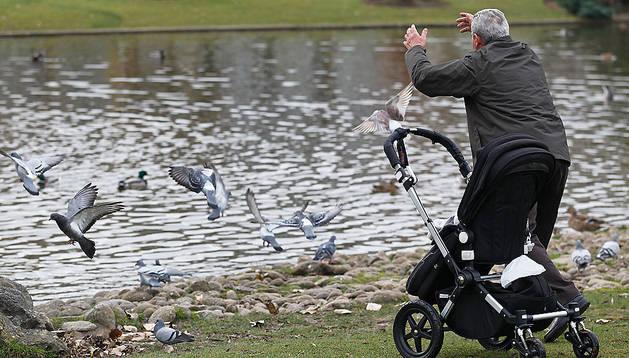 Jubilados juega con su nieto