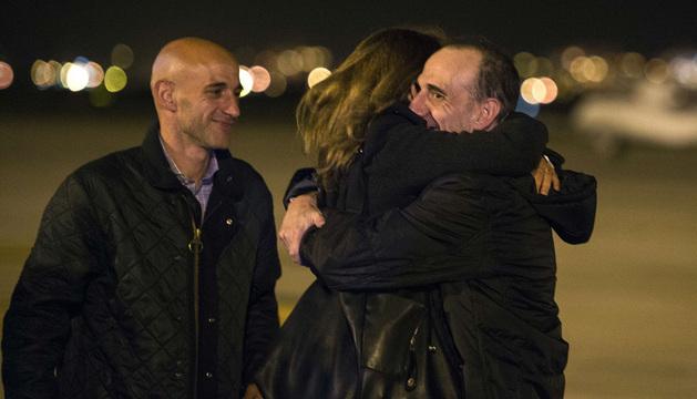 Imagen facilitada por el Periódico de Catalunya, de la llegada del periodista Marc Marginedas, recibido por sus hermanos a su llegada al aeropuerto de El Prat.