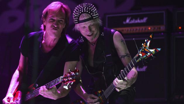 El guitarrista y fundador de 'Scorpions, Michael Schenker (d), durante un concierto. ARCHIVO