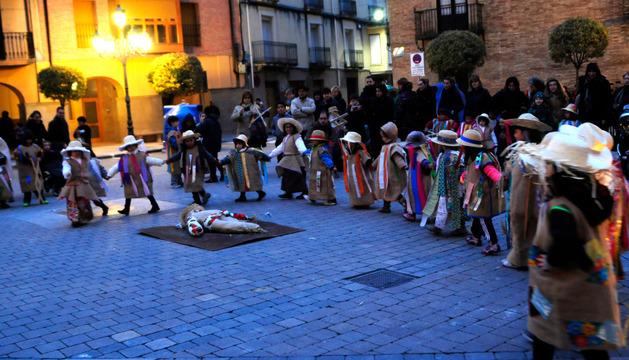 Un corro de máscaras infantiles ejecuta su baile del trullo por las calles de Falces