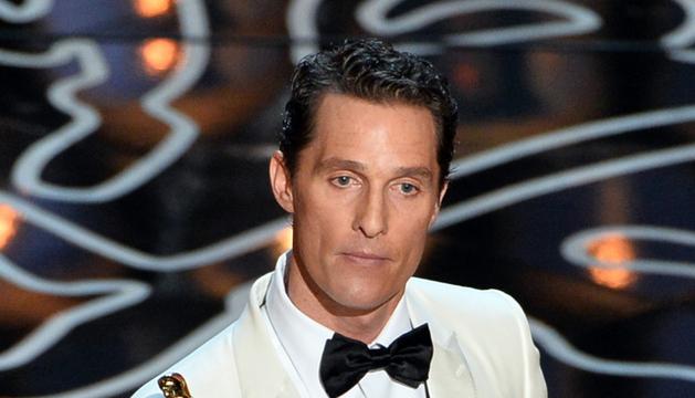 Matthew McConaughey recoge el Óscar al mejor actor.