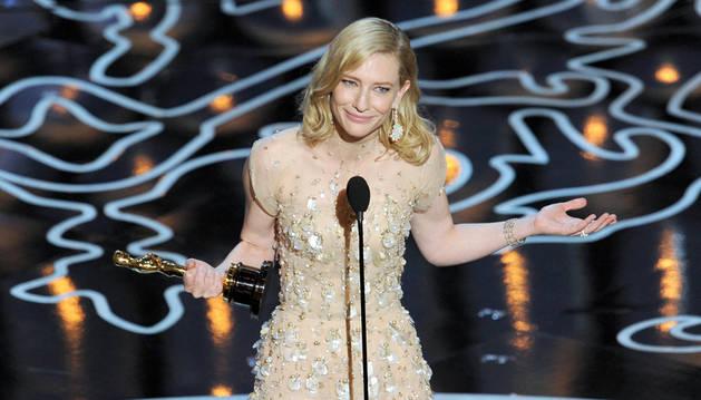 Cate Blanchett recoge el Óscar a la mejor actriz.