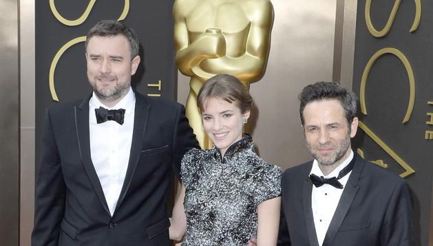 El director español en la alfombra roja junto a  Gustavo Salmerón y Alejandra Lorenta