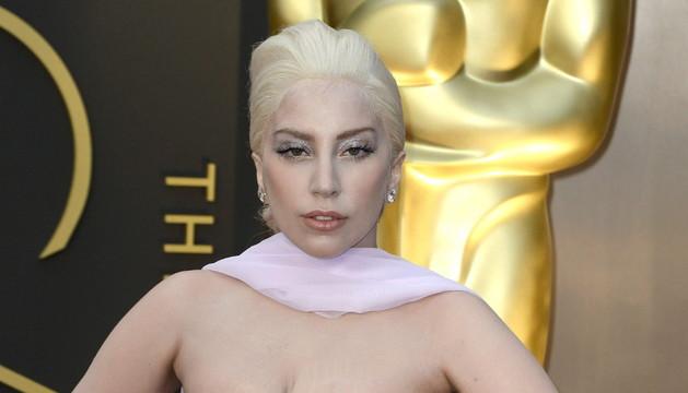 Lady Gaga en la alfombra roja, con un look más recatado de lo habitual