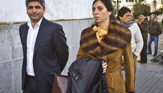 Juan José Cortés acompañado de su letrada María Teresa Largo.