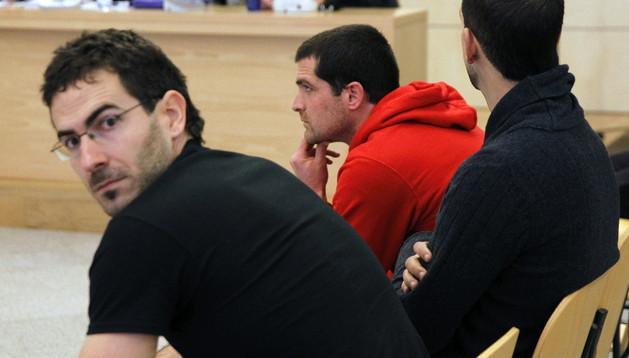 Los etarras (de izda. a dcha.), Jurdan Martitegi, Arkaitz Goicoetxea e Íñigo Gutiérrez (jersey rojo), durante el juicio que se sigue contra ellos en la Audiencia Nacional