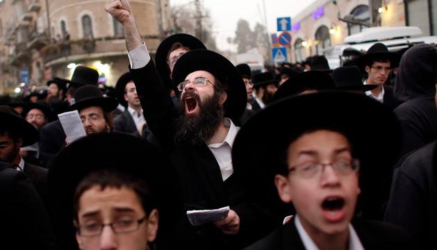 Ultraortodoxos en un rezo masivo contra el alistamiento militar en Jerusalén