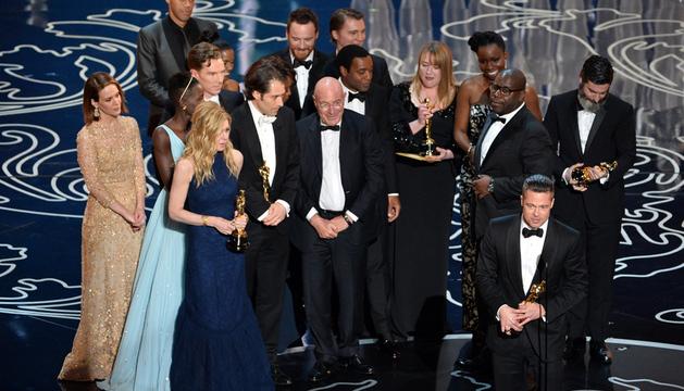 Brad Pitt recoge el Oscar a la mejor película para '12 años de esclavitud'