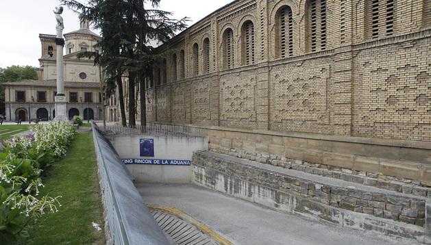 A la derecha, el convento de las Salesas. La fachada principal del edificio da a la calle San Francisco