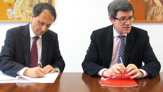 El consejero Iribas e Isidro Abad suscriben el convenio de colaboración.