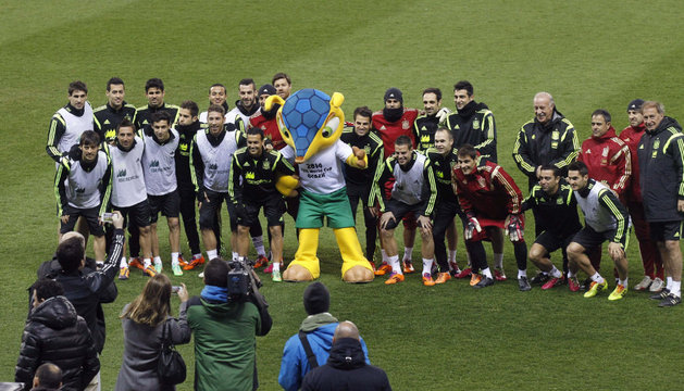 Los jugadores y el cuerpo técnico de la selección posan con la mascota del Mundial