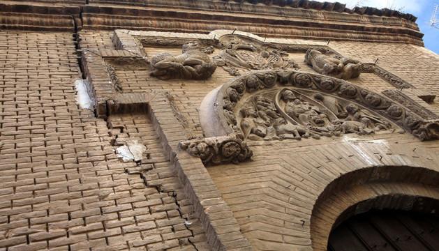 Grieta importante junto al tímpano que preside la entrada a la antigua iglesia