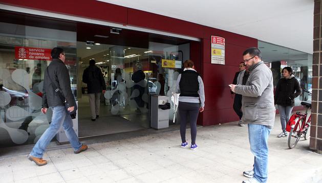 Varias personas en una oficina del Servicio Público de Empleo Estatal, sede compartida con el Servicio Navarro de Empleo