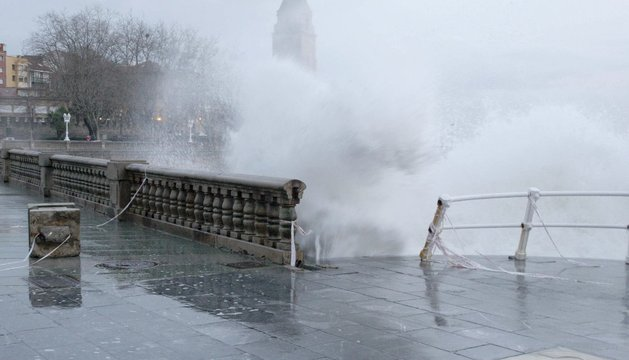 El temporal azota Gijón este martes, por segundo día
