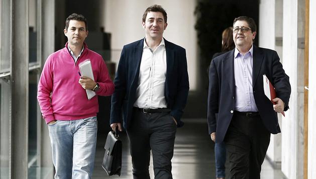 Samuel Caro (izda.) y Pedro Rascón (dcha.), acompañados por Roberto Jiménez (centro), se dirigen a la reunión con los representantes de Geroa Bai
