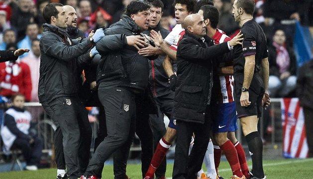 El 'Mono' Burgos, en el centro, protestando al árbitro Delgado Ferreiro