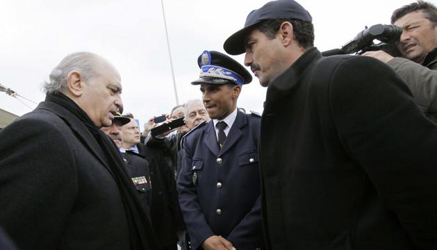 El ministro del Interior, Jorge Fernández Díaz, conversa con las autoridades marroquíes responsables de la zona de la frontera,