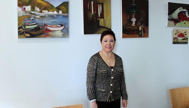 La artista corellana Arita Galarreta, junto a varias de sus obras