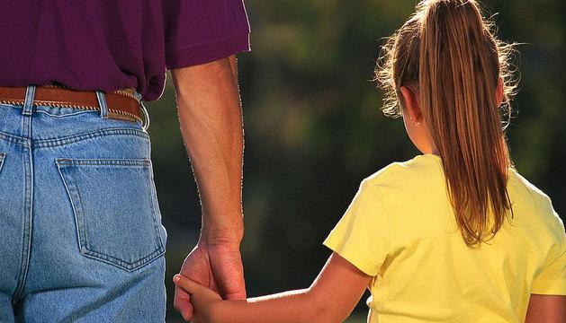 Un padre, junto a su hija.