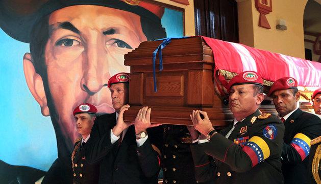 La guardia de honor traslada el féretro de Hugo Chávez en febrero de 2013