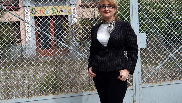 La diseñadora Carmen Ibáñez quiso fotografiarse delante del antiguo colegio de Las Señoritas, donde hizo sus primeros dibujos