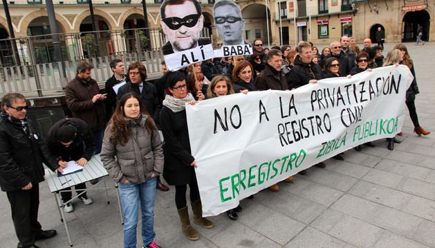 Imagen de parte de los asistentes a la concentración celebrada en la plaza de los Fueros de Tudela