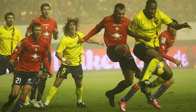 Puñal y Puyol, en el centro, en el partido de Liga disputado en El Sadar el 11 de enero de 2009