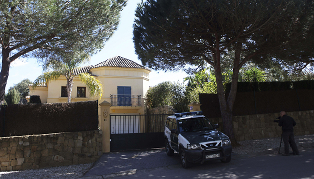 Una patrulla de la Guardia Civil, ante la entrada de la casa donde ocurrieron los hechos