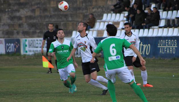 Víctor Bravo intenta controlar un balón en el partido frente al Toledo ante la mirada de Marcos Martín (dcha.).