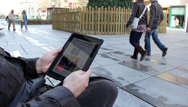 Los ciudadanos pueden conectarse a internet en la avenida Carlos III de Pamplona