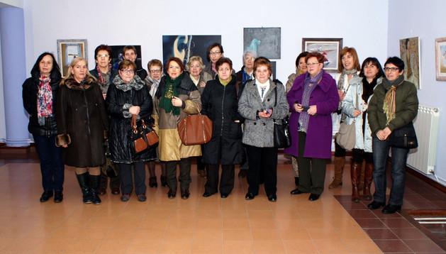Alumnas y profesoras de los cursos posaron junto a parte de las obras de la exposición