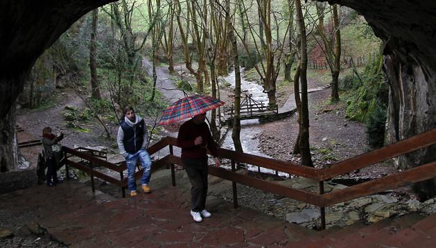 Tres visitantes, en la Cueva de las Brujas de Zugarramurdi