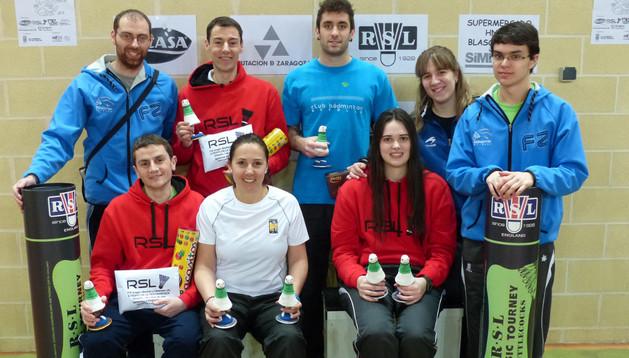 Jugadores del Club Bádminton Estella con los trofeos que lograron en Alfajarín (Zaragoza)