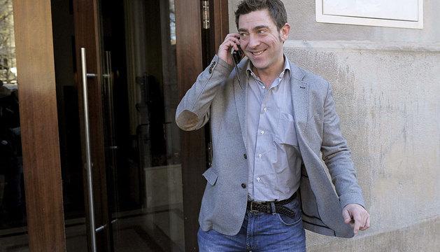 Roberto Jiménez, en la puerta de la sede socialista.
