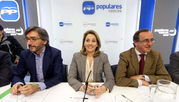 Arantza Quiroga, junto a su exsecretario general, Iñaki Oyarzábal (i), y su portavoz en el Congreso de los Diputados, Alfonso Alonso